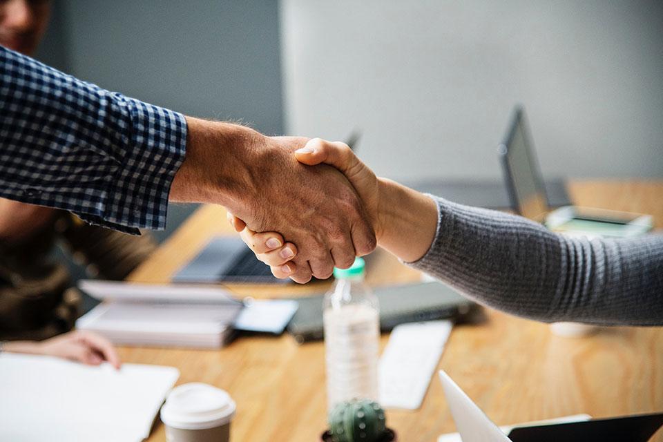 Ett handslag för kontakt.